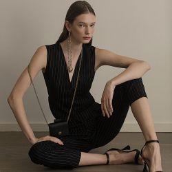 MASCULINO-FEMENINO. Chaleco y pantalón (Dolce & Gabbana). Sandalias de tiras (Prada). Cartera (Gucci).