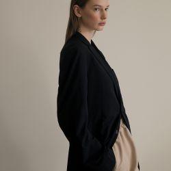 FORMAL-INFORMAL. Blazer oversize (Armani). Pantalones fruncidos en la cintura con bolsillos (Etro).