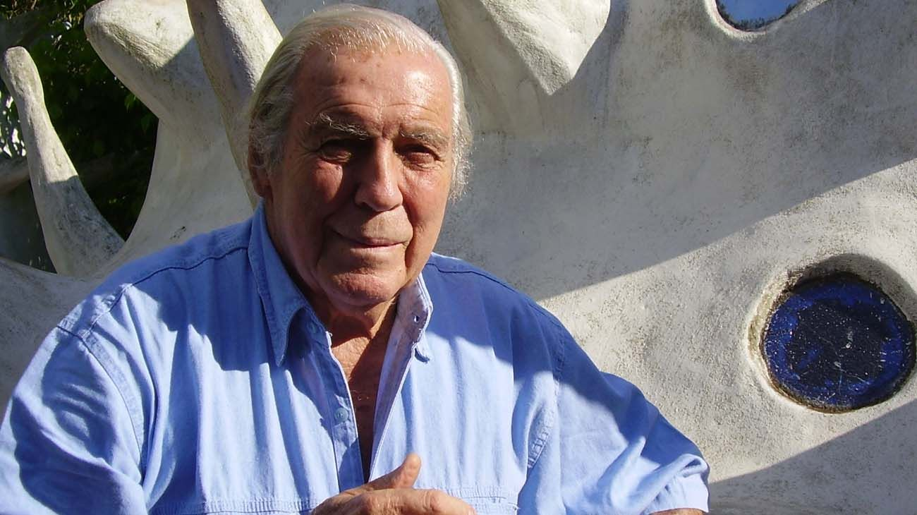 Carlos Páez Vilaró (Montevideo, 1 de noviembre de 1923 - Punta Ballena, 24 de febrero de 2014) en Casapueblo, el hogar que construyó sin planos, tan solo siguiendo sus emociones.