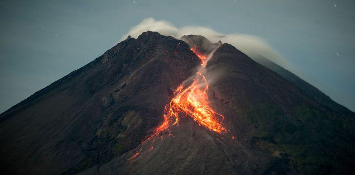 La lava fluye desde el cráter del monte Merapi visto desde Tunggularum, en Yogyakarta Indonesia.