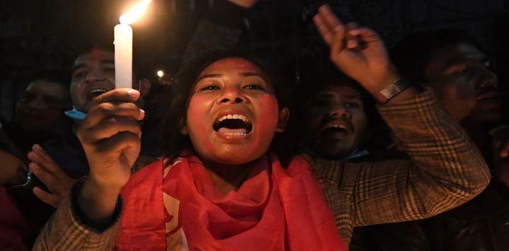 Partidarios de una facción del gobernante Partido Comunista de Nepal (NCP) celebran una vigilia con velas para celebrar el fallo de la Corte Suprema de revocar la decisión del primer ministro de disolver el parlamento, en Katmandú.