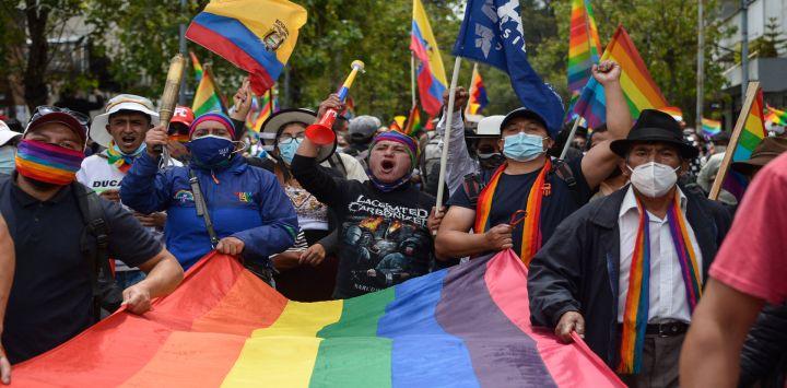 Simpatizantes del candidato presidencial ecuatoriano por el movimiento Pachakutik, Yaku Pérez, participan en una marcha hacia el Consejo Nacional Electoral en Quito.