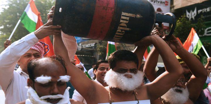 Los activistas del partido del Congreso gritan consignas contra el gobierno sindical líder del Partido BharatiyaJanata (BJP) y el primer ministro NarendraModi y el reciente aumento del precio del combustible en Calcuta India.
