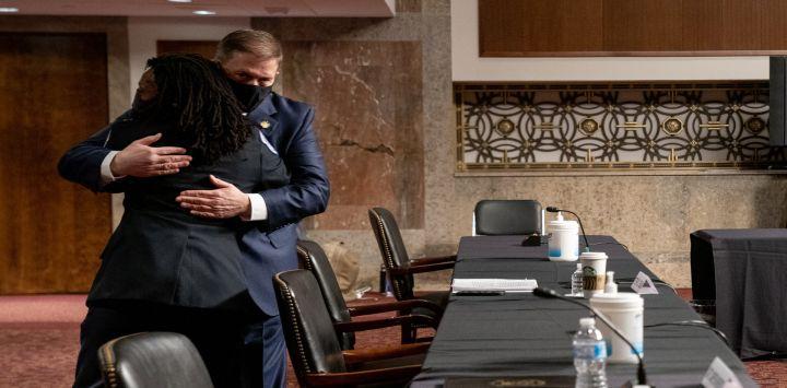 El exjefe de policía del Capitolio de los Estados Unidos, Steven Sund, abraza a la oficial de policía del Capitolio de los Estados Unidos, Capitán Carneysha Mendoza, durante una audiencia conjunta de Seguridad Nacional y Asuntos Gubernamentales y Reglas y Administración del Senado.