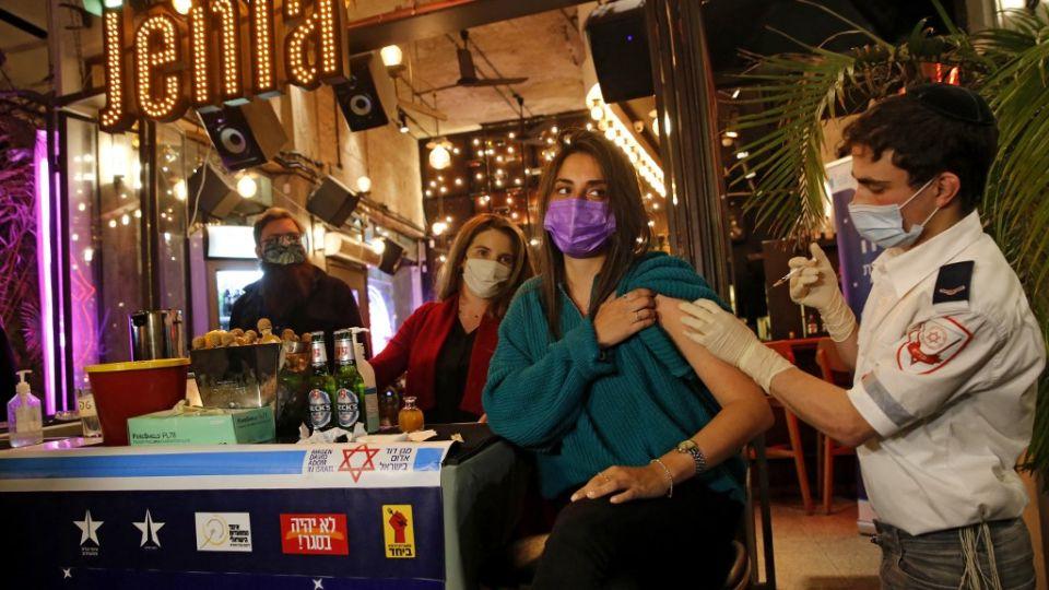 El bar, ubicado en Tel Aviv, funcionó como centro de vacunación contra el coronavirus.