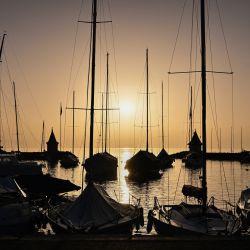 Esta fotografía muestra la salida del sol sobre el lago Ginebra desde el puerto de Morges, en el oeste de Suiza. | Foto:AFP