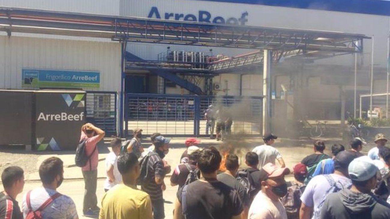 Video | Dueño de frigorífico ArreBeef anuncia el cierre a sus empleados llorando