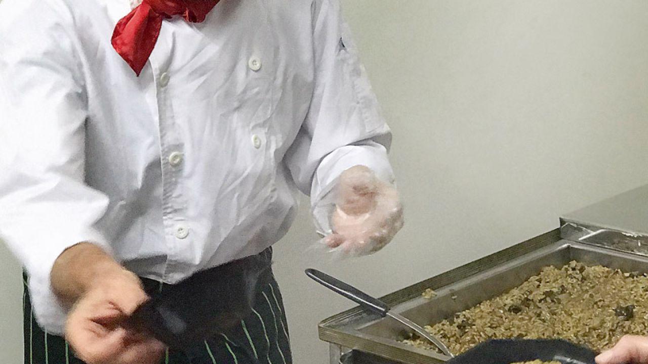 Delivery escénico. Alarcón cocina y actúa a domicilio. | Foto:Gentileza Alfredo Monserrat.