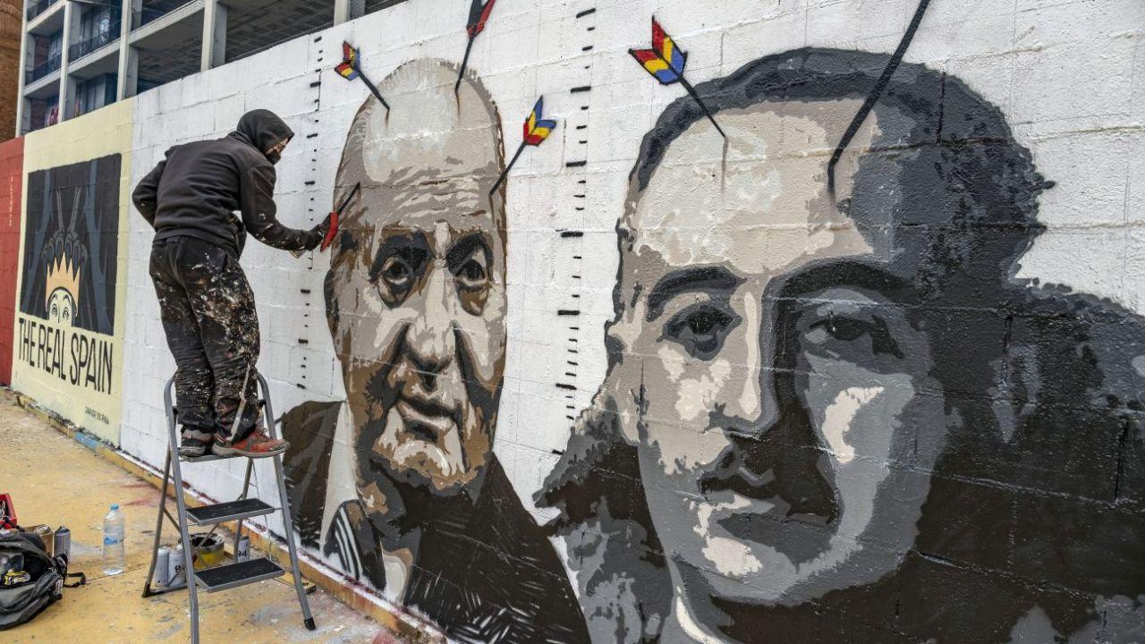 El rey Juan Carlos junto a Franco en una pintada callejera.    Foto:DPA