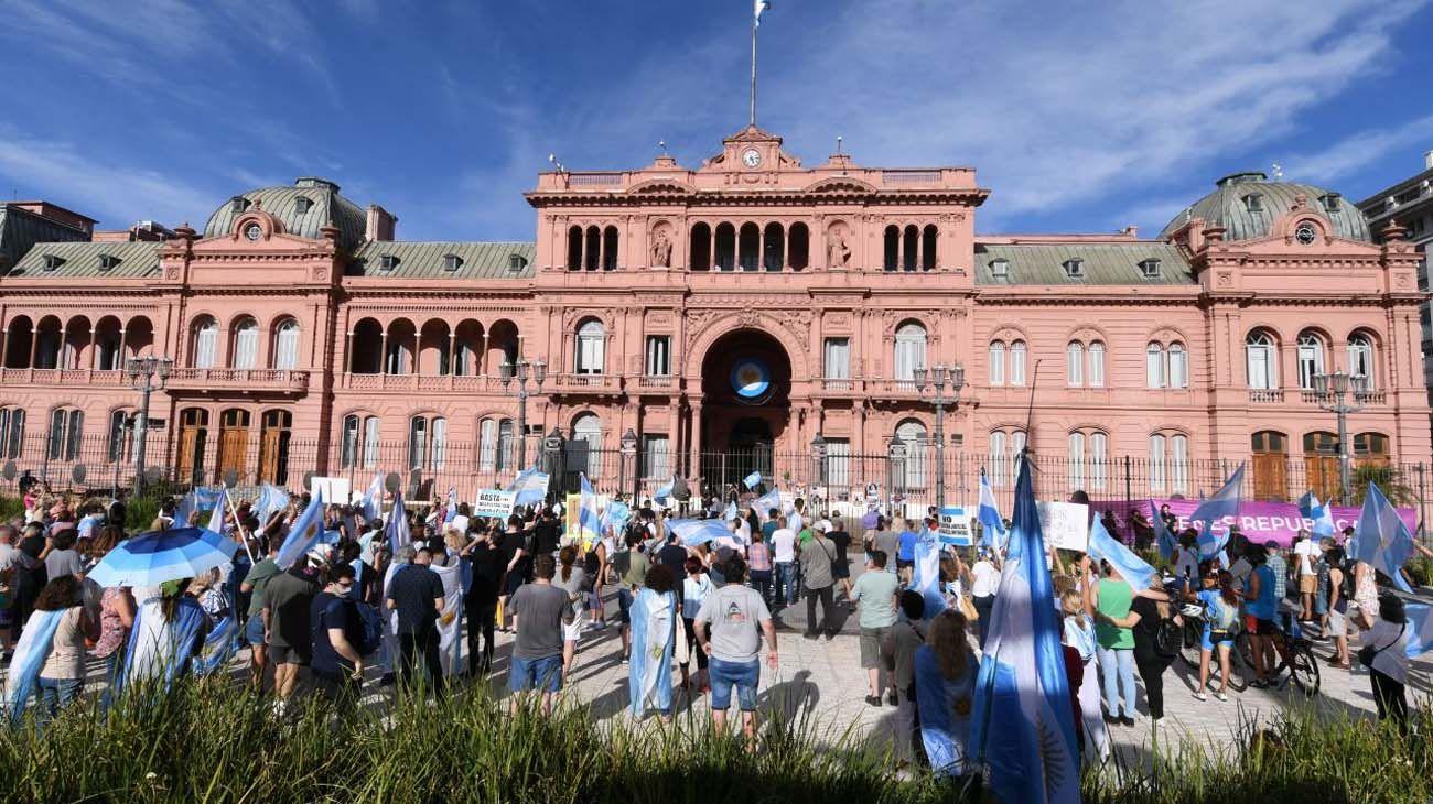 Marcha por el Vacunatorio VIP: los manifestantes coparon la Plaza de Mayo