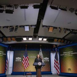 La vicepresidenta Kamala Harris habla en la Casa Blanca durante una celebración virtual del Mes de la Historia Negra el 27 de febrero de 2021 en Washington, DC. El congresista Steny H. Hoyer (D-MD) anunció hoy la 40ª celebración virtual anual del Mes de la Historia Afroamericana. Tasos Katopodis / Getty Images | Foto:AFP