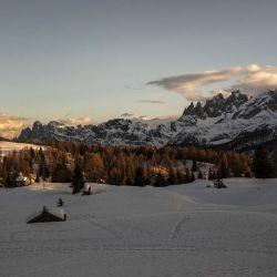 El sol se pone en Passo San Pellegrino en el pueblo de Moena, en los Alpes, en el noreste de Italia, el 27 de febrero de 2021. | Foto:AFP
