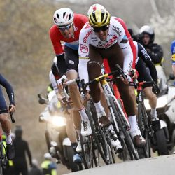 El ciclista belga del equipo AG2R Citroen Greg Van Avermaet compite durante el World Tour 2021 Omloop Het Nieuwsblad, una carrera ciclista semiclásica de un día de Gent a Ninove el 27 de febrero de 2021 | Foto:AFP