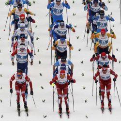12   Los esquiadores toman la salida del evento de skiathlon masculino 2x15km en el Campeonato Mundial de Esquí Nórdico FIS en Oberstdorf, en el sur de Alemania, el 27 de febrero de 2021. | Foto:AFP