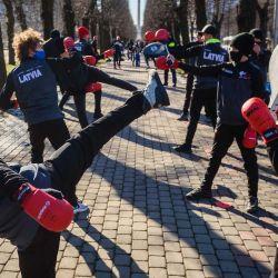Los niños realizan ejercicios de karate mientras participan en un entrenamiento al aire libre como forma de protesta contra las restricciones del coronavirus (Covid-19) para recordar al gobierno que las actividades deportivas son muy importantes para la salud física y psicoemocional durante este período, en una plaza cercana el edificio del gobierno, en Riga el 27 de febrero de 2021. Debido a la pandemia, actualmente no se permite la apertura de gimnasios en Letonia. | Foto:AFP