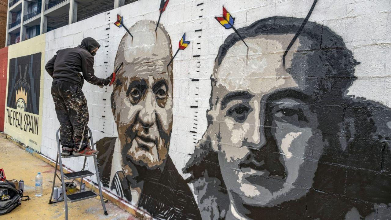 El rey Juan Carlos junto a Franco en una pintada callejera.