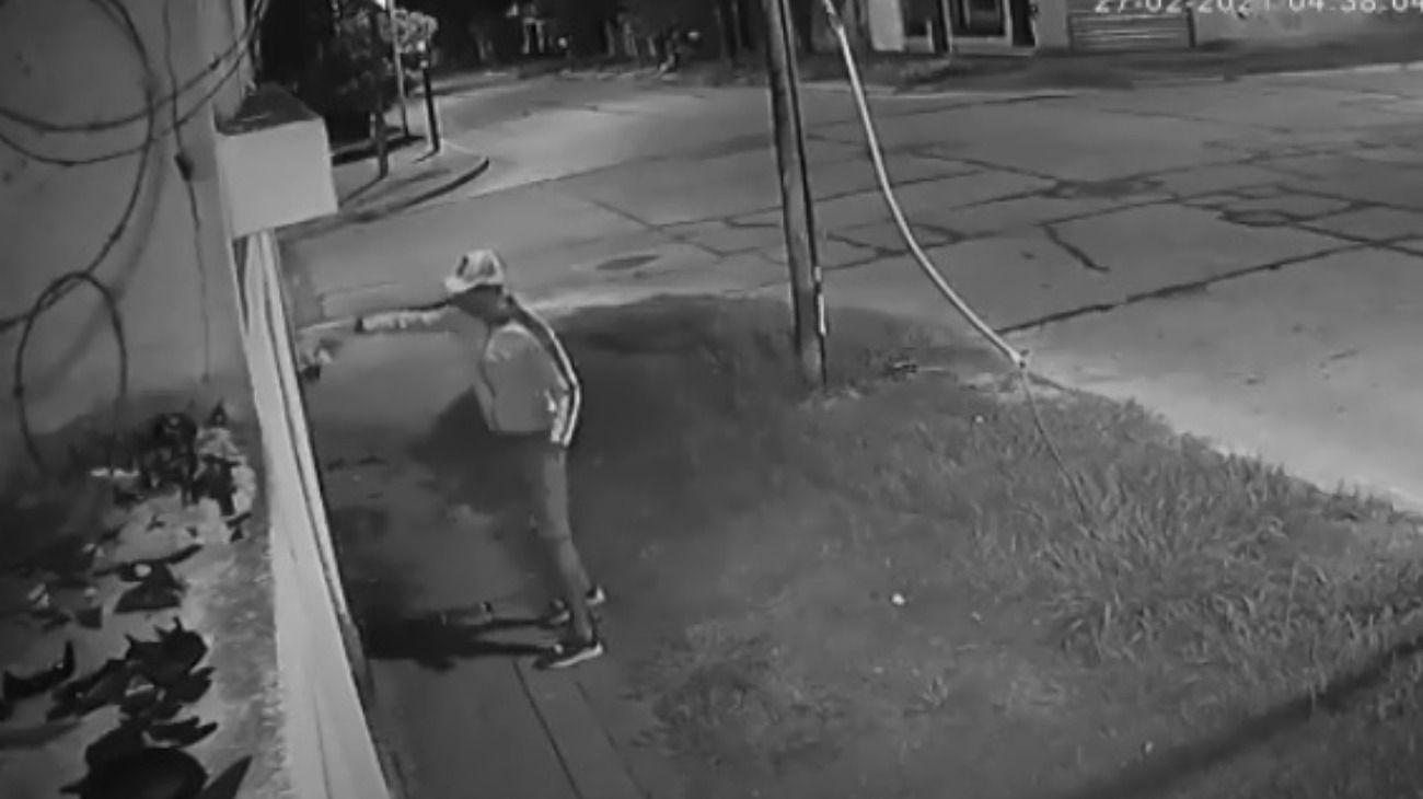"""Un hombre fue filmado mientras incendiaba el local """"Diego Maradona"""" de La Cámpora en Avellaneda."""