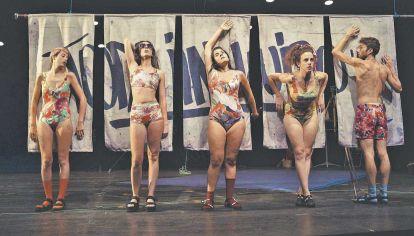 """Disciplinas. Se suman al teatro: la danza, la música y las artes visuales. En el escenario: """"Exploré el jardín de los Cárpatos"""" y """"Nada de carne sobre nosotras""""."""