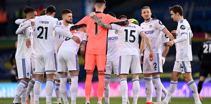 Los jugadores de Leeds se apiñan antes del partido de fútbol de la Premier League inglesa entre Leeds United y Aston Villa en Elland Road en Leeds, en el norte de Inglaterra, el 27 de febrero de 2021.