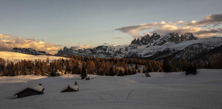 El sol se pone en Passo San Pellegrino en el pueblo de Moena, en los Alpes, en el noreste de Italia, el 27 de febrero de 2021.
