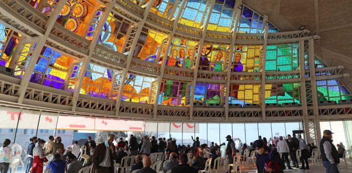 """Los manifestantes libaneses se reúnen para el discurso del cardenal libanés Mar Bechara Boutros al-Rahi (o Rai) el 27 de febrero de 2021 en el Patriarcado maronita en el pueblo de montaña de Bkerki, al noreste de Beirut. Miles de personas se manifestaron el sábado en Bkerke, al norte de Beirut, portando banderas libanesas y retratos del patriarca Bechara al-Rahi en la sede del patriarcado. A principios de este mes, Rahi había pedido una """"conferencia internacional"""" patrocinada por la ONU ante el colapso económico y el estancamiento político del país. El jefe de Hezbollah, Hassan Nasrallah, criticó la semana pasada la propuesta, diciendo que abriría la puerta a la interferencia extranjera o incluso a una """"ocupación""""."""