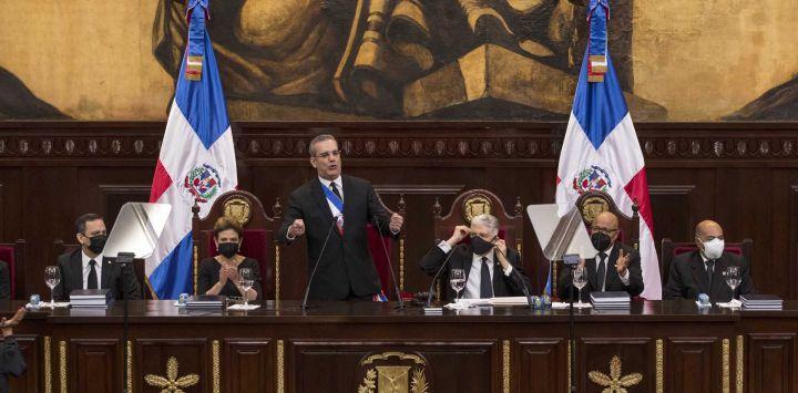 El presidente dominicano Luis Abinader pronuncia un discurso durante una ceremonia celebrada el Día de la Independencia en la Asamblea Nacional en Santo Domingo, el 27 de febrero de 2021.