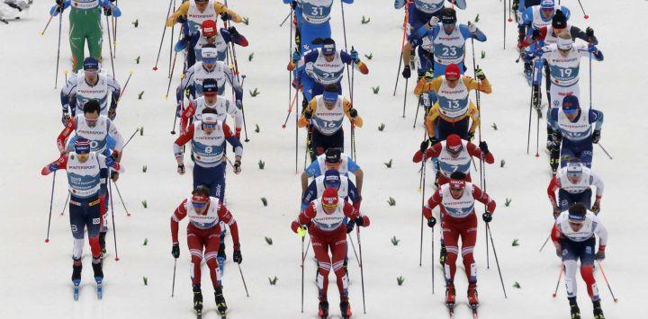 12   Los esquiadores toman la salida del evento de skiathlon masculino 2x15km en el Campeonato Mundial de Esquí Nórdico FIS en Oberstdorf, en el sur de Alemania, el 27 de febrero de 2021.
