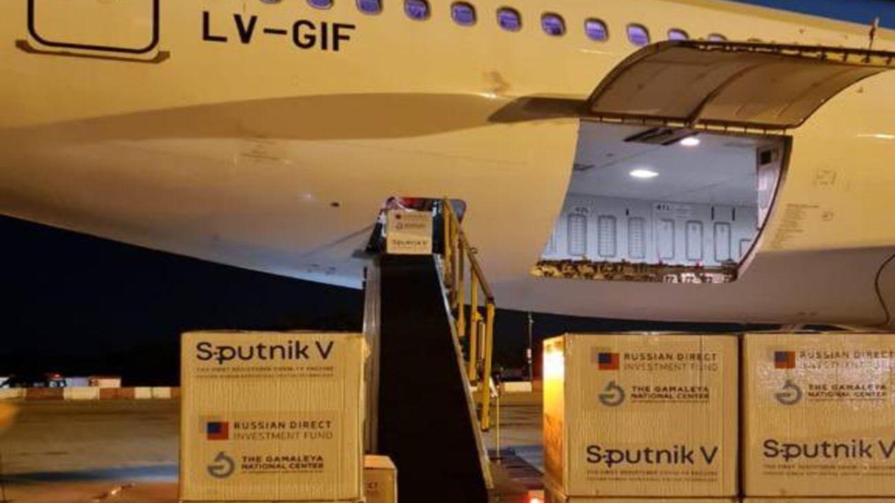 Aterrizó un vuelo de Aerolíneas con más de medio millón de dosis de Sputnik V