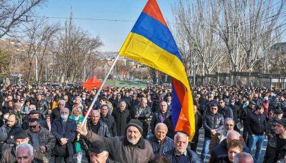 Ellos y él. Una manifestación opositora, que reclama la renuncia del primer ministro, que también convocó a sus seguidores en Erevan.