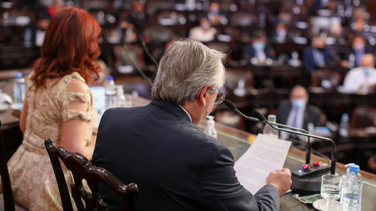 Ruidoso cacerolazo contra Alberto Fernández tras su discurso en Asamblea Legislativa