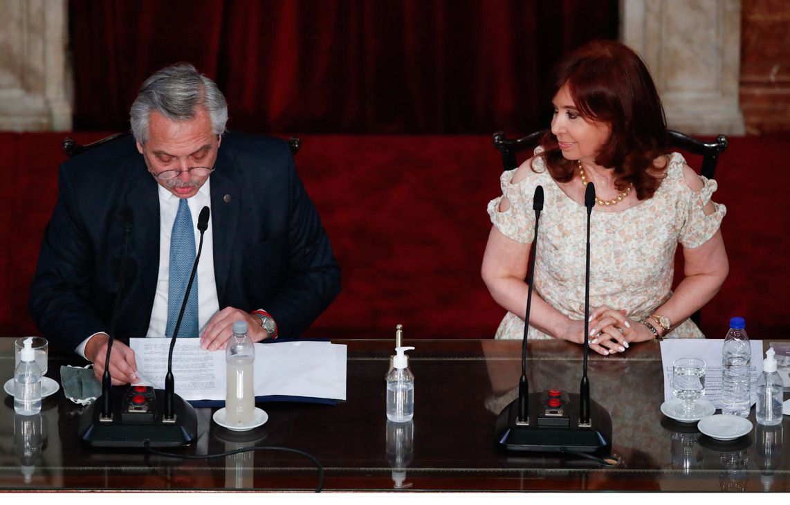 President Alberto Fernández, flanked by Vice-President Cristina Fernández de Kirchner, delivers an address to Congress.