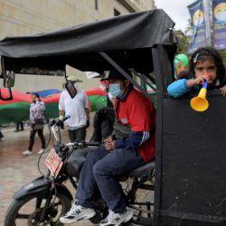 Una familia de recicladores participa en una protesta en demanda de protección del gobierno durante el Día del Reciclador en Bogotá el 1 de marzo de 2021. | Foto:AFP