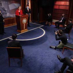 La senadora Elizabeth Warren (D-MA) (C), la Representante Pramila Jayapal (D-WA) y el Representante Brendan Boyle (D-PA) realizan una conferencia de prensa para anunciar su legislación que gravaría el patrimonio neto de las personas más ricas de Estados Unidos. en el Capitolio de los Estados Unidos el 1 de marzo de 2021 en Washington, DC. Citando las crecientes desigualdades durante la pandemia de coronavirus, el proyecto de ley de Warren aplicaría un impuesto del dos por ciento a las personas con un valor de más de 50 millones de dólares y un recargo adicional del uno por ciento por un patrimonio neto superior a los mil millones de dólares | Foto:AFP