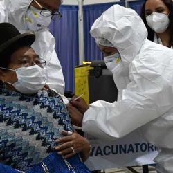 011  Un paciente de riesgo recibe una inyección de la vacuna Sinopharm de China contra la nueva enfermedad del coronavirus, COVID-19, en un centro de salud en La Paz. | Foto:AFP