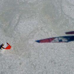 012Una foto aérea tomada el 28 de febrero de 2021 muestra a surfistas sobre hielo patinando a través del mar Báltico helado frente a la costa de Helsinki. ¿Qué hacer si eres un entusiasta del windsurf en un país donde el mar se congela durante meses del año? Para un grupo de finlandeses, la respuesta es equipar las tablas de vela con patines y lanzarse al hielo, alcanzando velocidades de hasta 100 km / h (62 mph) en un deporte en auge que solo se puede practicar en un puñado de lugares del mundo. | Foto:AFP