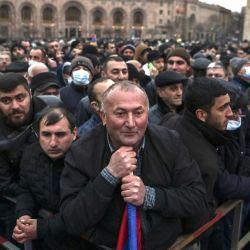 Los partidarios del primer ministro armenio Nikol Pashinyan escuchan su discurso durante un mitin en la Plaza de la República en el centro de Ereván el 1 de marzo de 2021. Nikol Pashinyan dijo el 1 de marzo que estaba listo para convocar elecciones anticipadas para sacar al país de una crisis política que siguió la guerra del año pasado con Azerbaiyán | Foto:AFP