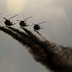 El equipo acrobático del helicóptero ligero avanzado (ALH) de la Fuerza Aérea India 'Sarang' realiza durante un ensayo antes de las celebraciones del 70 aniversario de la Fuerza Aérea de Sri Lanka en Colombo | Foto:AFP