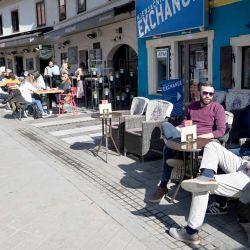 015  Los ciudadanos croatas se sientan en la terraza de un bar en la capital croata, Zagreb, el 1 de marzo de 2021. Las autoridades croatas decidieron relajar las medidas restrictivas contra COVID-19 ya que el mes pasado fue testigo de una disminución en los casos de Covid-19. A partir del 1 de marzo, Croacia abrió las terrazas de los cafés, los deportes de pasillo, las piscinas, los restaurantes y otras actividades. | Foto:AFP