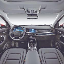 La nueva generación del Haval H6 exhibe líneas externas actualizadas con rasgos de personalidad bien marcados. En el interior se destaca el espacio confortable, los contornos fluidos y la elegancia del cuero en asientos y volante.
