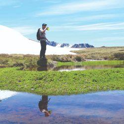 En el Cerro Perito Moreno caminatas, parque aéreo y cabalgatas en la temporada estival; esquí y otras actividades de nieve en la invernal.