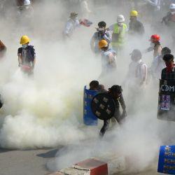 Los manifestantes reaccionan después de que la policía lanzara gases lacrimógenos durante una manifestación contra el golpe militar en la ciudad noroccidental de Kale.  | Foto:AFP