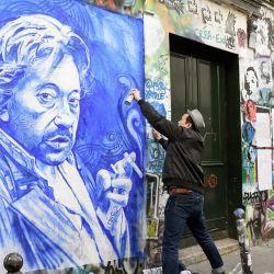 El pintor francés Ernesto Novo pinta un retrato del fallecido músico, compositor y cantante francés SergeGainsbourg en la pared exterior de su casa en el centro de París, treinta años después de su muerte.  | Foto:AFP
