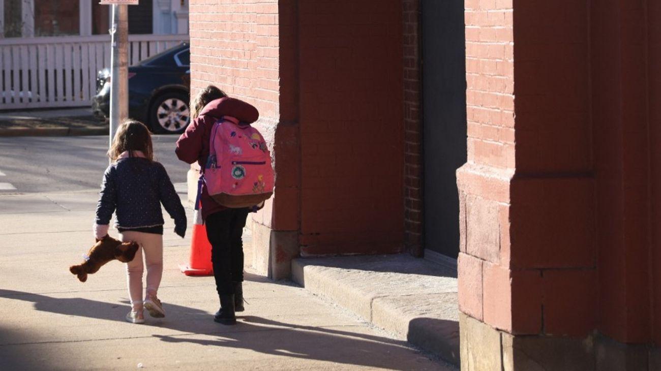 Alumnos regresan a las aulas en Chicago, Estados Unidos.