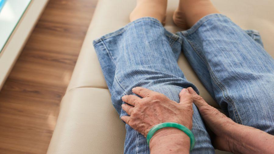 Esta enfermedad afecta las articulaciones, en especial rodillas, codos, muñecas y manos.