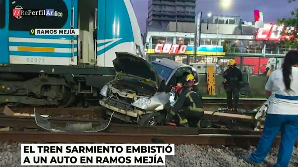 El tren Sarmiento embistió un automóvil