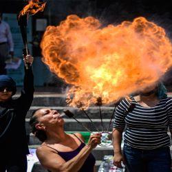 Mujeres actúan durante una protesta por la eliminación de la violencia contra la mujer, frente a la Oficina de Investigación de la Alcaldía de Cuauhtémoc en la Ciudad de México. | Foto:AFP