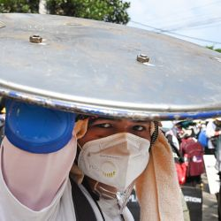 Un manifestante sostiene un escudo casero durante una manifestación contra el golpe militar en Yangon.  | Foto:AFP