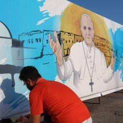 Los trabajadores colocaron un cartel del Papa Francisco en Arbil, la capital de la región autónoma kurda del norte de Irak, antes de la primera visita papal a Irak.  | Foto:AFP
