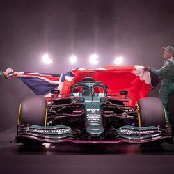 Formula OneTeam muestra el AMR21 del equipo, su nuevo auto para la temporada de Fórmula 1 2021, presentado por los pilotos SebastianVettel (D) y Lance Stroll  | Foto:AFP
