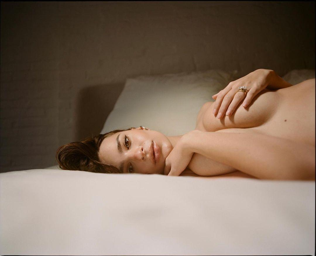 Totalmente desnuda: así luce Emily Ratajkowski a pocos días de dar a luz